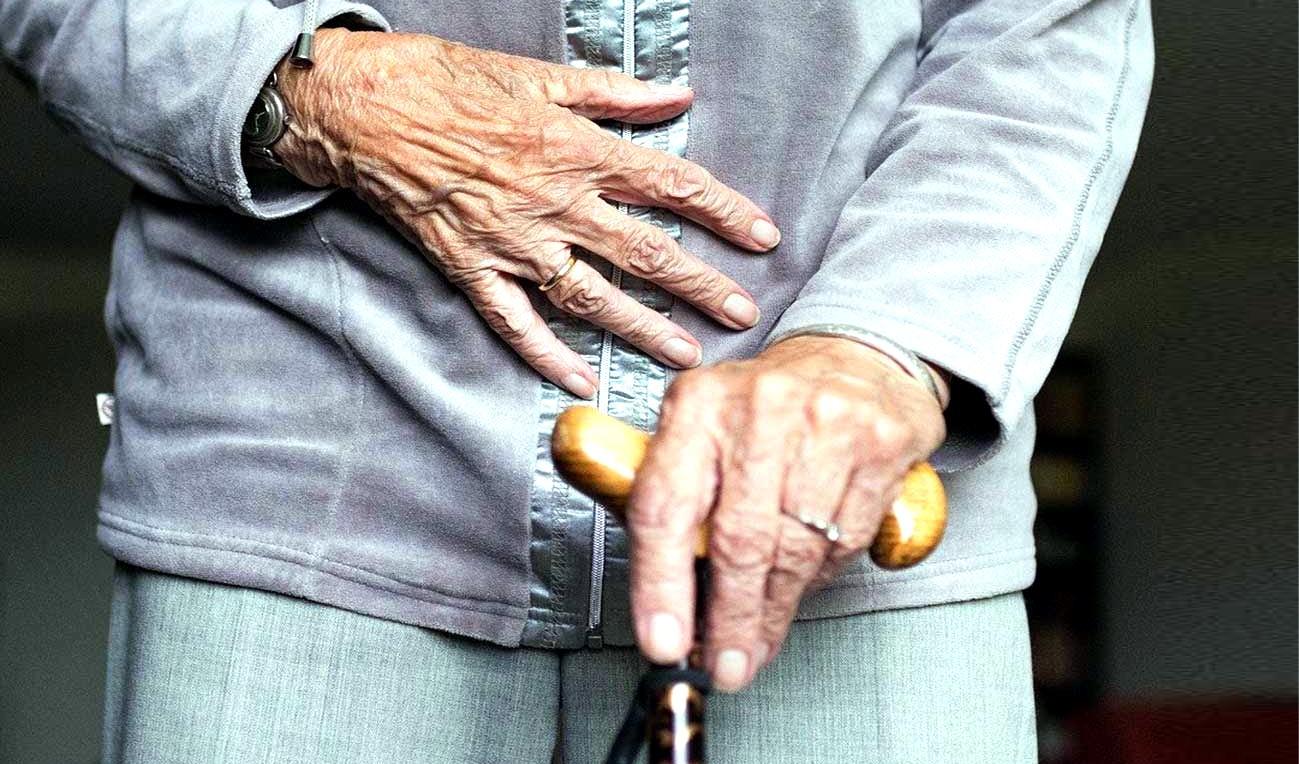 Cambio pannolone ad anziani e incontinenti